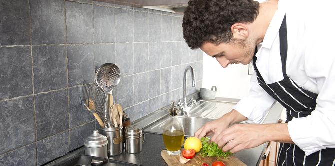 Hoe richt je een kleine keuken praktisch in?