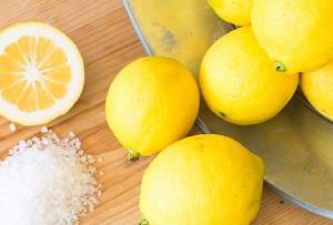 citroen met zout voor een lekkere geur