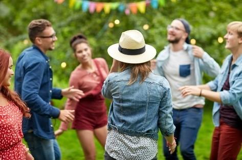dansende mensen zomerfeest